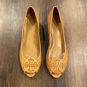 🤎 Tory Burch open toe wedges